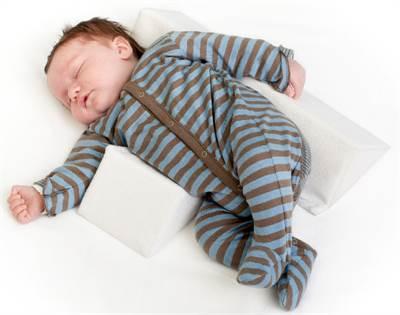 Baby sover sikkert på siden med en sidekile.