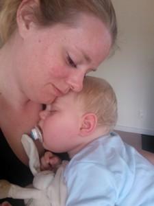 Baby sover hos mor